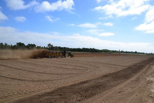 Épandage du compost en champ agricole. Crédit photo (c) Suzie's Farm